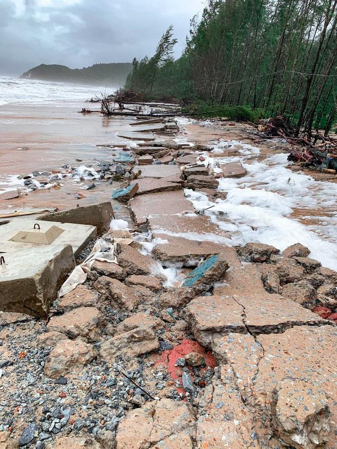 Bão tan lũ rút, bờ biển Thừa Thiên Huế tan hoang chưa từng thấy - ảnh 16