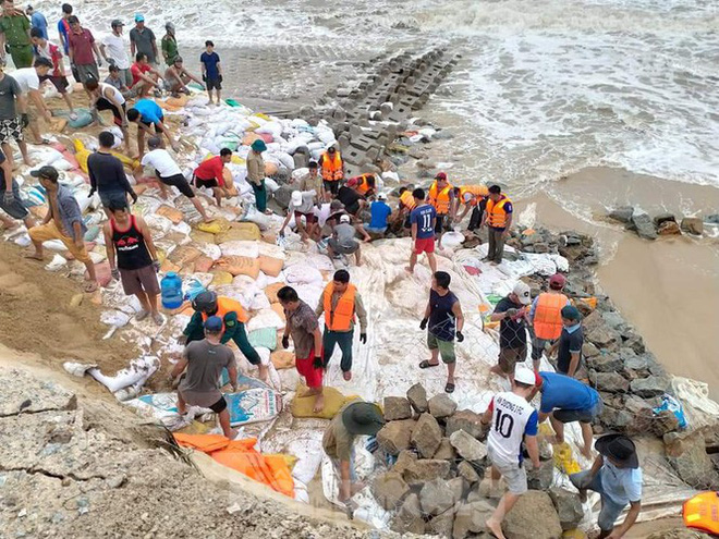 Bão tan lũ rút, bờ biển Thừa Thiên Huế tan hoang chưa từng thấy - ảnh 2