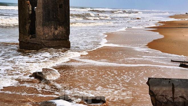 Bão tan lũ rút, bờ biển Thừa Thiên Huế tan hoang chưa từng thấy - ảnh 20