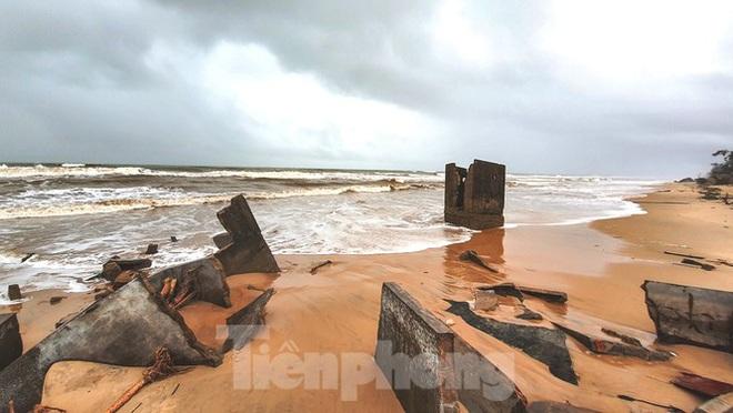 Bão tan lũ rút, bờ biển Thừa Thiên Huế tan hoang chưa từng thấy - ảnh 21