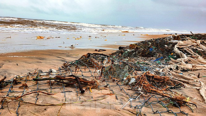 Bão tan lũ rút, bờ biển Thừa Thiên Huế tan hoang chưa từng thấy - ảnh 23