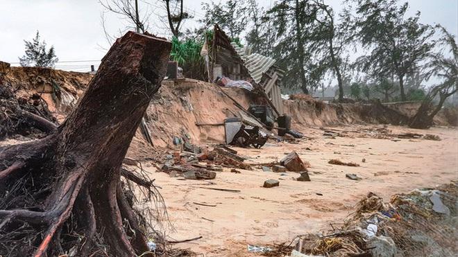 Bão tan lũ rút, bờ biển Thừa Thiên Huế tan hoang chưa từng thấy - ảnh 25