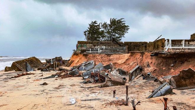 Bão tan lũ rút, bờ biển Thừa Thiên Huế tan hoang chưa từng thấy - ảnh 31