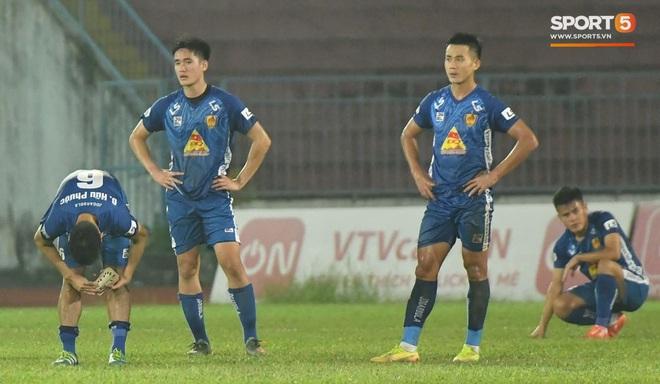 Cầu thủ Quảng Nam bật khóc, gục ngã khi phải rời giải đấu xịn nhất Việt Nam - ảnh 1