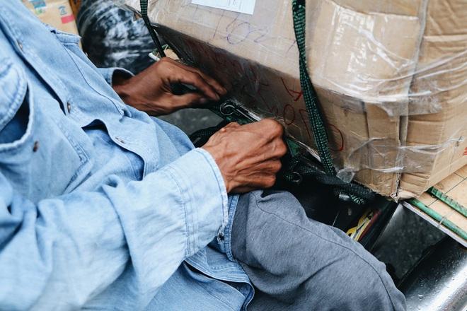 Những thùng hàng to sau khi nhờ mọi người chất lên xe, chú Long buộc lại kỹ lưỡng để giao cho khách