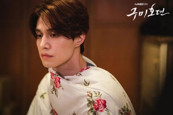 """Lee Dong Wook liên tục """"quện môi"""" Jo Bo Ah, còn có ngay cảnh """"giường chiếu"""" ở Bạn Trai Tôi Là Hồ Ly tập 2 - Ảnh 8."""