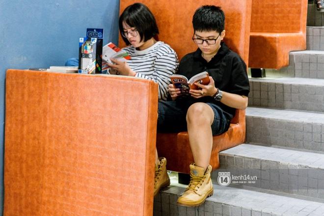 """Nhà sách Hải An - điểm check-in HOT nhất của giới trẻ Sài Gòn: Không gian """"đại dương"""" 1001 góc sống ảo, cảnh phim cũng đẹp cỡ này mà thôi! - Ảnh 12."""