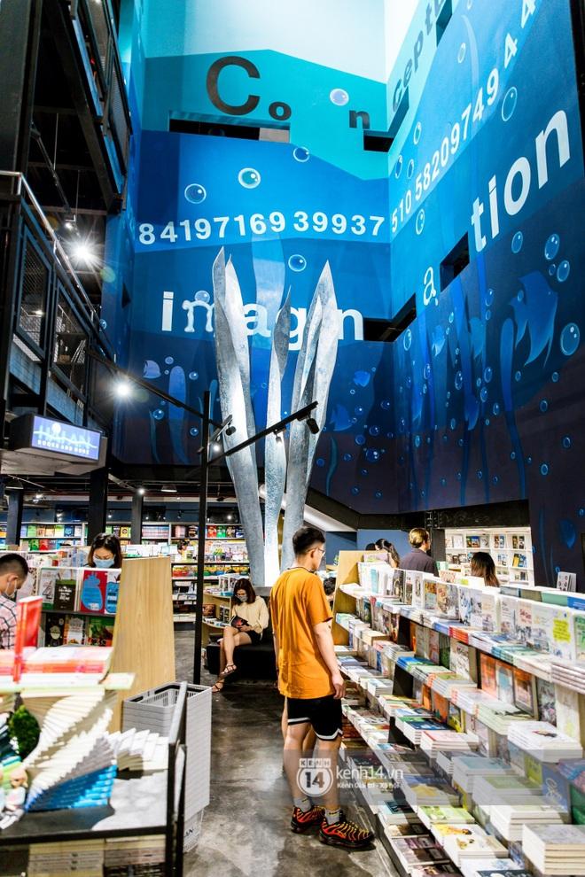"""Nhà sách Hải An - điểm check-in HOT nhất của giới trẻ Sài Gòn: Không gian """"đại dương"""" 1001 góc sống ảo, cảnh phim cũng đẹp cỡ này mà thôi! - Ảnh 2."""