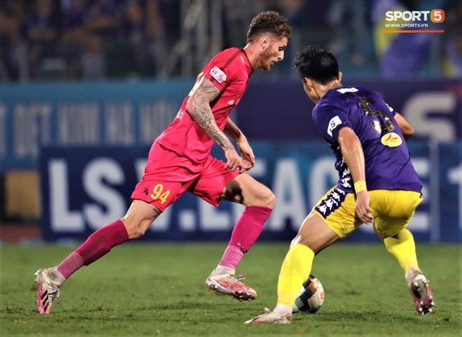 Trở lại sau chấn thương, Đoàn Văn Hậu mắc lỗi trong cả 2 bàn thua của Hà Nội FC - Ảnh 2.