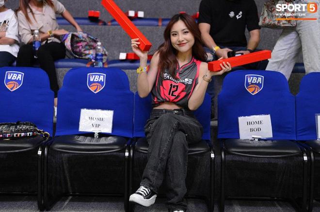 Sau ca sĩ Cara, Thang Long Warriors thu thập thêm fan cứng xinh miễn bàn: Học trò của Ông Cao Thắng và Đông Nhi bất ngờ xuất hiện - Ảnh 1.