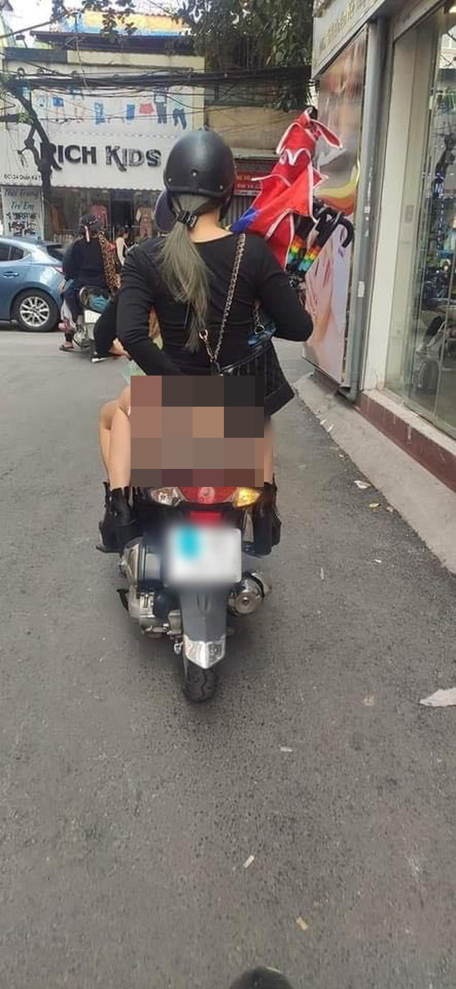 Cô gái ngồi sau xe máy ăn mặc hớ hênh, để lộ vòng 3 phản cảm khiến nhiều người đỏ mặt quay đi