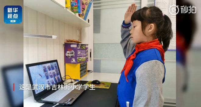 Học sinh chào cờ online tại Trung Quốc qua máy tính, TV bật livestream.