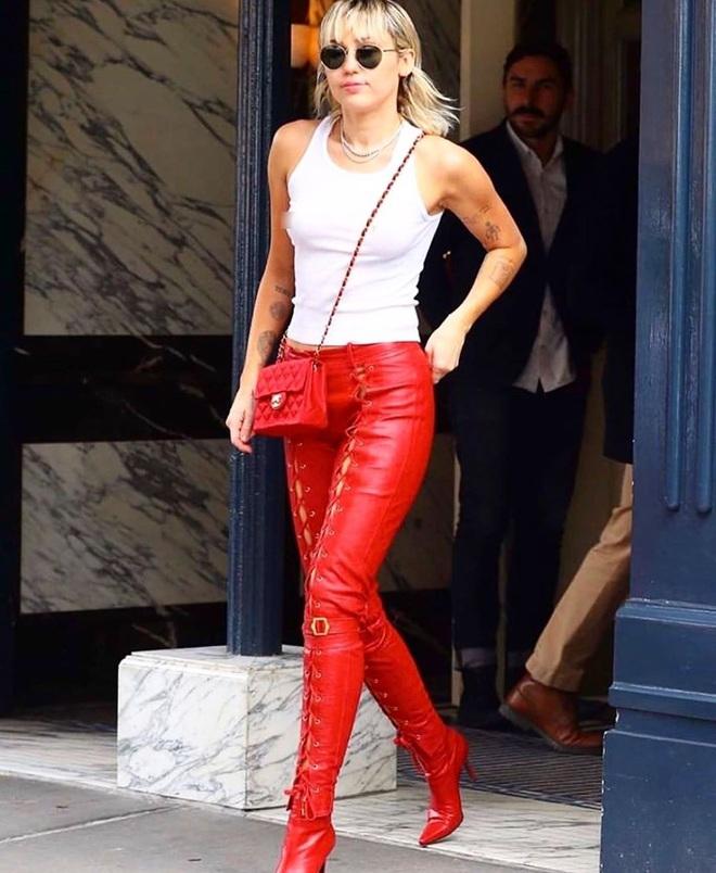 """Miley Cyrus """"thả rông"""" táo bạo tại sự kiện nhưng dân tình chỉ dán mắt vào đôi chân thon nuột nà của cô nàng - Ảnh 3."""