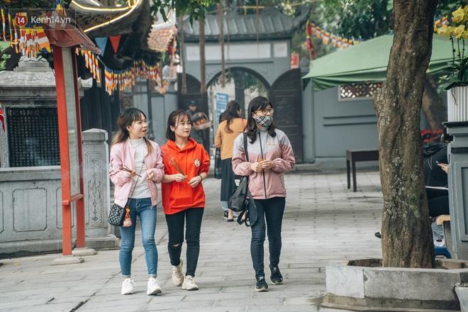 Chùa Hà đến hẹn lại lên: Các bạn trẻ đeo khẩu trang rủ nhau đi cầu duyên ngày Valentine - Ảnh 9.