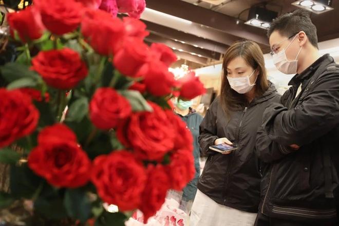 Valentine giữa dịch virus corona: Hàng triệu cặp đôi bật chế độ yêu xa, chùm hoa khẩu trang trở thành món quà trendy hàng đầu - Ảnh 4.