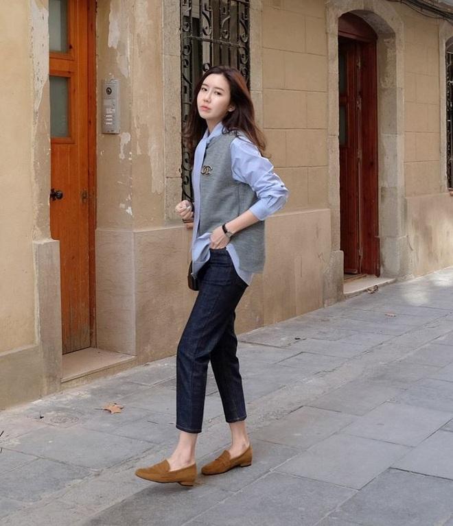 Chẳng phải kiếm đâu xa, kiểu giày không hẳn là cao gót này vẫn giúp đôi chân của chị em thon gọn, nhỏ xinh ngay lập tức - Ảnh 2.