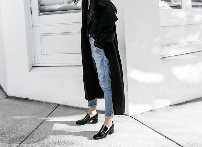 Chẳng phải kiếm đâu xa, kiểu giày không hẳn là cao gót này vẫn giúp đôi chân của chị em thon gọn, nhỏ xinh ngay lập tức - Ảnh 4.