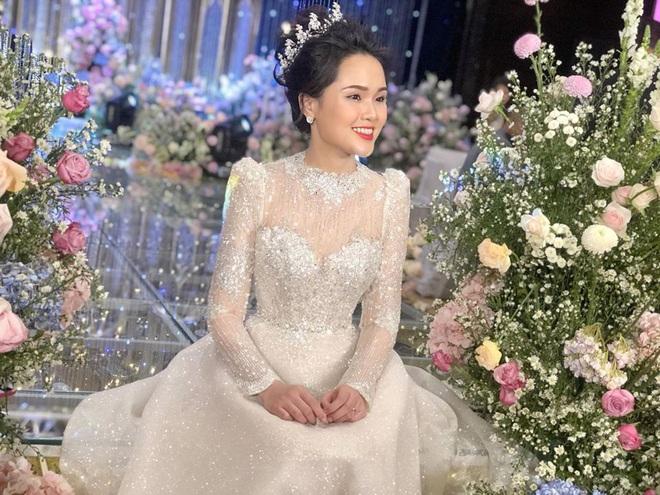 Váy cưới của Quỳnh Anh: Không phải vài trăm triệu mà trị giá 1 tỉ đồng, trong mắt NTK bộ váy này là vô giá - Ảnh 7.