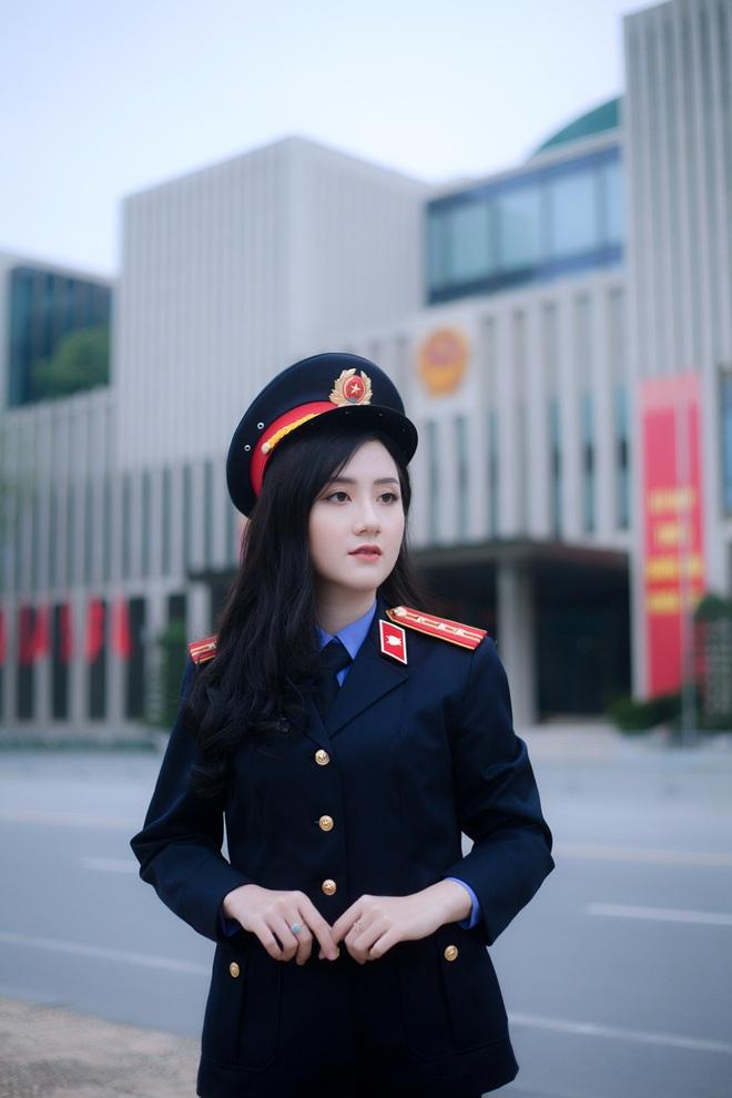 Nữ sinh ĐH Kiểm sát Hà Nội gây thương nhớ với bộ ảnh đồng phục ngành, nhìn phát yêu luôn - Ảnh 1.