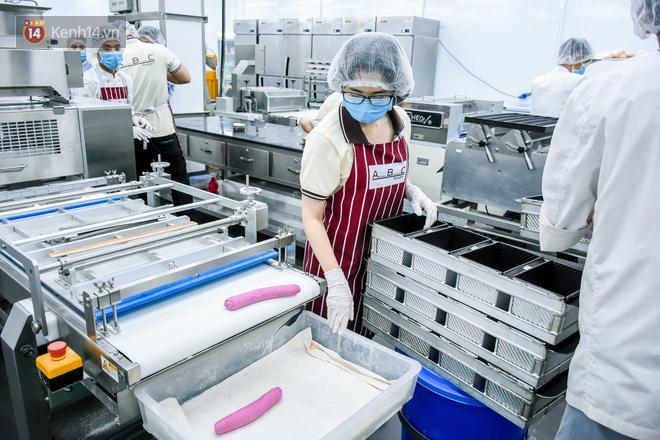 Cận cảnh quy trình sản xuất bánh mì thanh long của Việt Nam được báo Mỹ hết lời khen ngợi - Ảnh 6.