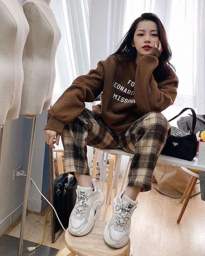 """Khỏi lùng túi vintage cho cực thân, Prada đã tái bản mẫu túi nylon huyền thoại với giá """"yêu thương"""", không giàu như các sao bạn vẫn tậu được - ảnh 10"""