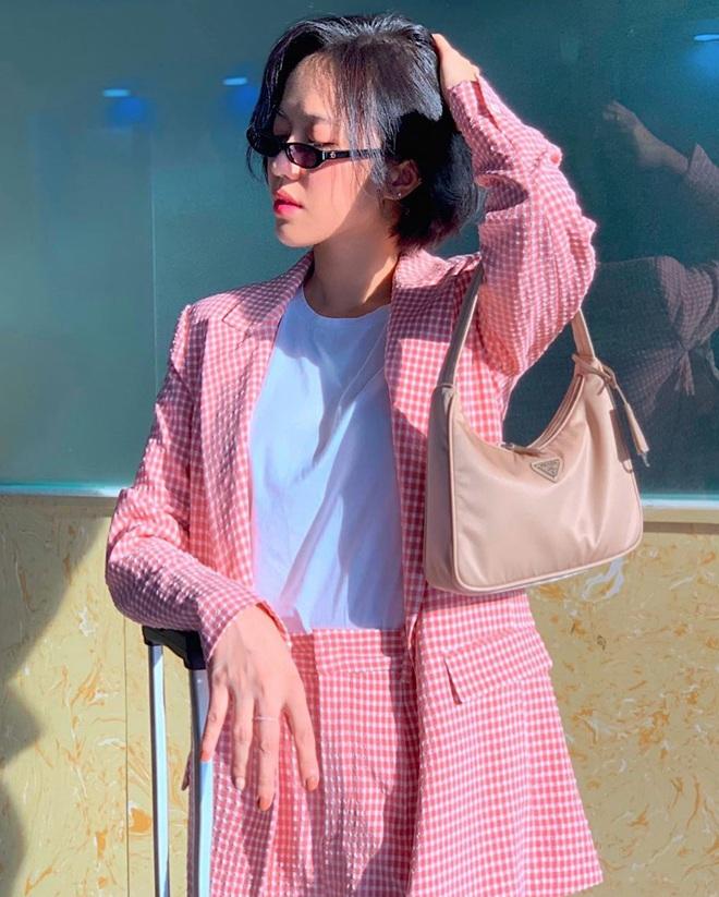 """Khỏi lùng túi vintage cho cực thân, Prada đã tái bản mẫu túi nylon huyền thoại với giá """"yêu thương"""", không giàu như các sao bạn vẫn tậu được - ảnh 8"""