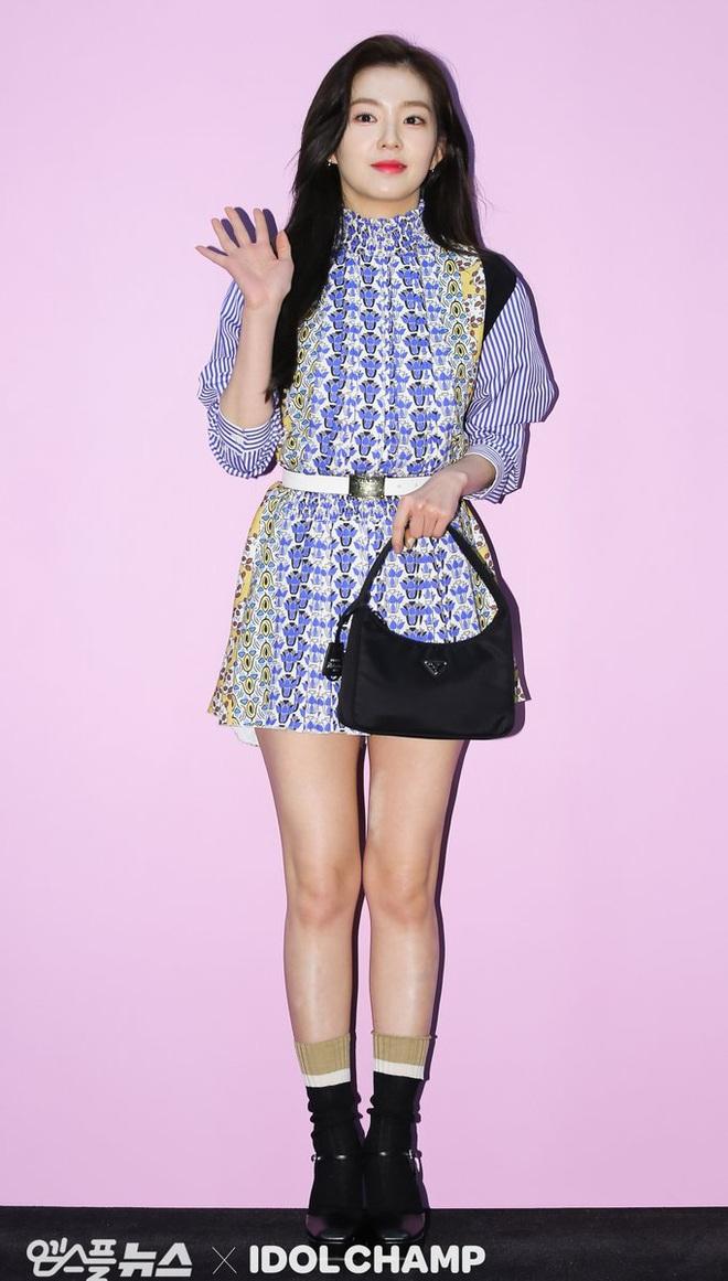 """Khỏi lùng túi vintage cho cực thân, Prada đã tái bản mẫu túi nylon huyền thoại với giá """"yêu thương"""", không giàu như các sao bạn vẫn tậu được - ảnh 21"""