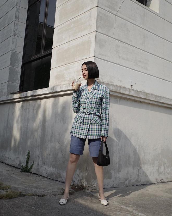 """Khỏi lùng túi vintage cho cực thân, Prada đã tái bản mẫu túi nylon huyền thoại với giá """"yêu thương"""", không giàu như các sao bạn vẫn tậu được - ảnh 20"""