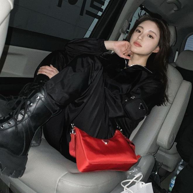 """Khỏi lùng túi vintage cho cực thân, Prada đã tái bản mẫu túi nylon huyền thoại với giá """"yêu thương"""", không giàu như các sao bạn vẫn tậu được - ảnh 23"""