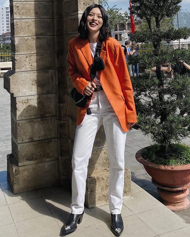 """Khỏi lùng túi vintage cho cực thân, Prada đã tái bản mẫu túi nylon huyền thoại với giá """"yêu thương"""", không giàu như các sao bạn vẫn tậu được - ảnh 15"""
