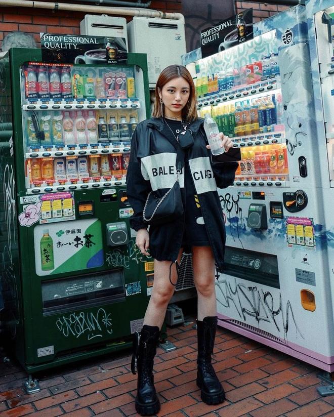 """Khỏi lùng túi vintage cho cực thân, Prada đã tái bản mẫu túi nylon huyền thoại với giá """"yêu thương"""", không giàu như các sao bạn vẫn tậu được - ảnh 22"""