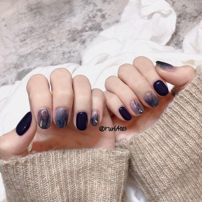 """Màu nail xanh cổ điển classic blue đang được lăng xê rần rần: """"Nhích"""" thử mới biết vừa sáng tay lại vừa sang xịn"""