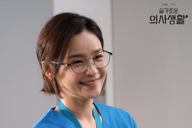 """7 """"chị đại"""" ngành y ngầu nhất phim Hàn: Park Shin Hye tay không quật côn đồ cũng chưa át vía được nữ chính Hospital Playlist - ảnh 20"""