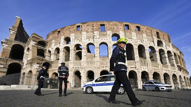 Italy siết chặt lệnh phong tỏa khi số người tử vong vì nhiễm virus corona lại gia tăng kỷ lục, chiếm 18% tổng số nạn nhân toàn thế giới - Ảnh 1.
