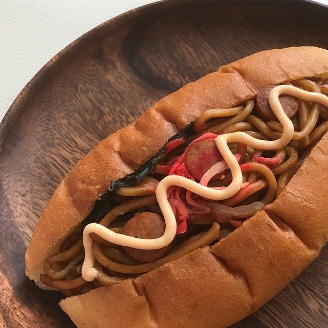 """Bức ảnh bánh mì kẹp nhân… mì gói """"gây lú"""" mạng xã hội vì quá kỳ cục, hoá ra lại là đặc sản rất nổi tiếng ở Nhật - Ảnh 6."""