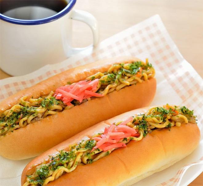 """Bức ảnh bánh mì kẹp nhân… mì gói """"gây lú"""" mạng xã hội vì quá kỳ cục, hoá ra lại là đặc sản rất nổi tiếng ở Nhật - Ảnh 4."""
