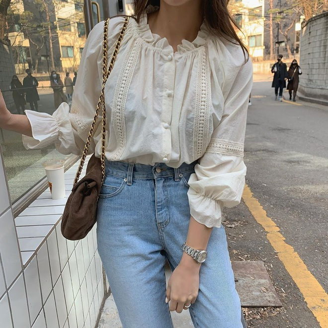 Đáng sắm nhất lúc này là áo blouse tay bồng, diện thế nào cũng ra ...