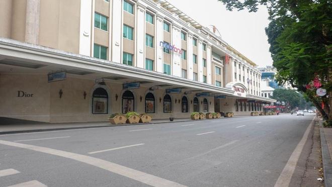 Ảnh: Phố phường Hà Nội vắng như mùng 1 Tết vì dịch Covid-19 - Ảnh 7.
