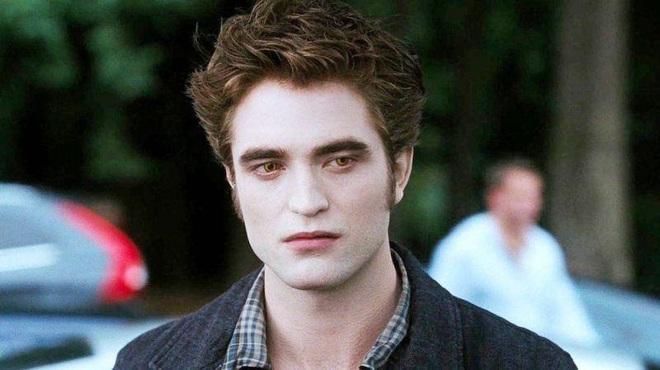 """Dàn sao Twilight sau 12 năm: """"Hotboy ma cà rồng"""" lên hạng """"Người Dơi"""", chị đẹp Kristen đổi hệ sang bách hợp - Ảnh 1."""