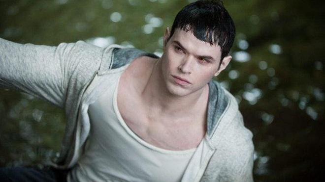 """Dàn sao Twilight sau 12 năm: """"Hotboy ma cà rồng"""" lên hạng """"Người Dơi"""", chị đẹp Kristen đổi hệ sang bách hợp - Ảnh 8."""