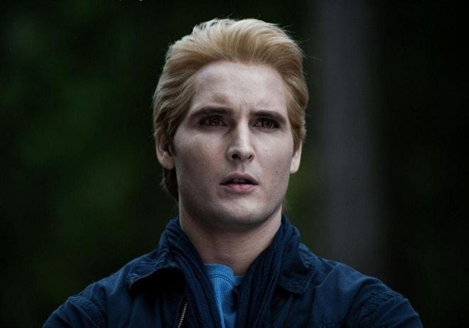 """Dàn sao Twilight sau 12 năm: """"Hotboy ma cà rồng"""" lên hạng """"Người Dơi"""", chị đẹp Kristen đổi hệ sang bách hợp - Ảnh 10."""