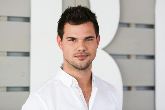 """Dàn sao Twilight sau 12 năm: """"Hotboy ma cà rồng"""" lên hạng """"Người Dơi"""", chị đẹp Kristen đổi hệ sang bách hợp - Ảnh 4."""
