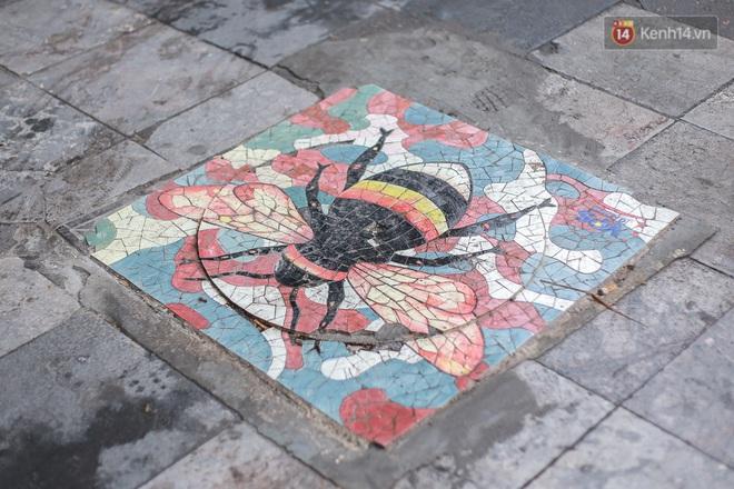 """Ảnh: Nắp cống, hố ga """"vô tri, vô giác"""" tại phố đi bộ Hà Nội biến thành tác phẩm nghệ thuật đẹp như tranh vẽ - Ảnh 6."""