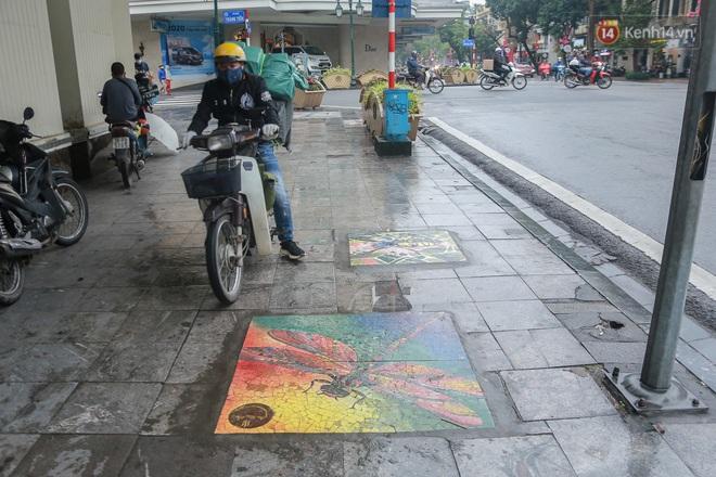 """Ảnh: Nắp cống, hố ga """"vô tri, vô giác"""" tại phố đi bộ Hà Nội biến thành tác phẩm nghệ thuật đẹp như tranh vẽ - Ảnh 7."""