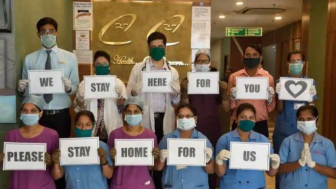 Clip: Chính phủ kêu gọi ở nhà, hàng trăm người Ấn Độ vẫn ùn ùn kéo xuống đường cổ vũ y bác sĩ chống dịch Covid-19 - Ảnh 3.