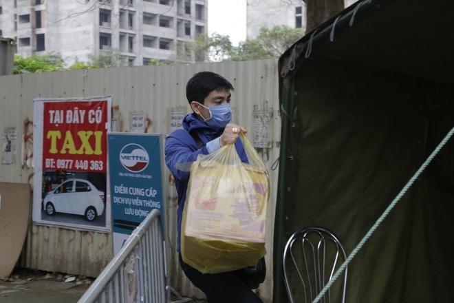 Chùm ảnh: Bố mẹ đội mưa mang đồ tiếp tế cho con ở khu cách ly Pháp Vân - Tứ Hiệp - Ảnh 5.