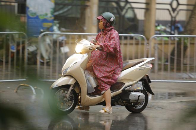 Chùm ảnh: Bố mẹ đội mưa mang đồ tiếp tế cho con ở khu cách ly Pháp Vân - Tứ Hiệp - Ảnh 8.