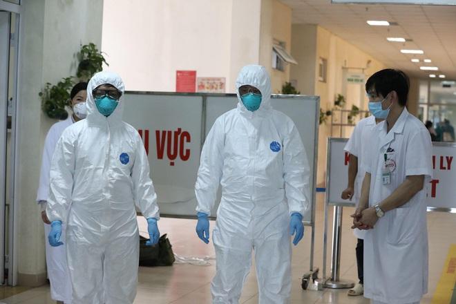 Thứ trưởng Bộ Y tế kêu gọi người dân nhường khẩu trang cho y bác sĩ - Ảnh 1.