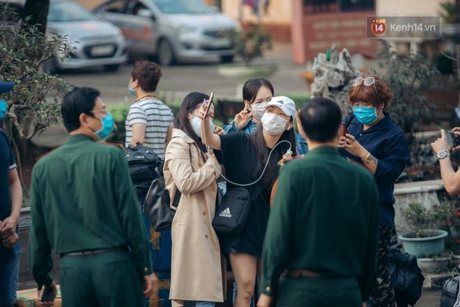 Chùm ảnh xúc động buổi chia tay tại khu cách ly: Người đến người đi, chỉ có các cô chú nhân viên vẫn ở lại chống dịch - Ảnh 15.
