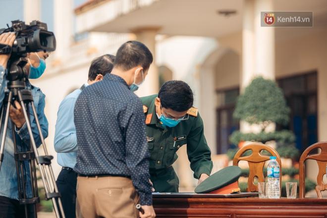 Chùm ảnh xúc động buổi chia tay tại khu cách ly: Người đến người đi, chỉ có các cô chú nhân viên vẫn ở lại chống dịch - Ảnh 11.